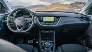 Opel Grandland X önden çekişli hibrit.